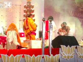 Sri Sri Ravi Shankar celebrating Hindu God Astha Lakshmi